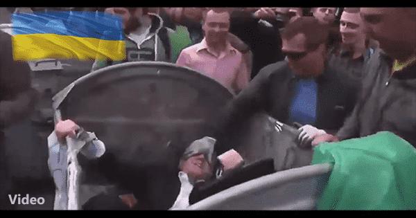 Posłowie w koszach na śmieci na Ukrainie